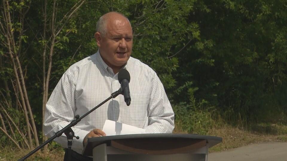 Frank Scarpitti, maire de Markham, présente son plan de restauration du canal Don Mills.