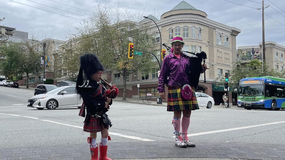 Les deux musiciens jouent dans la rue, à North Vancouver.