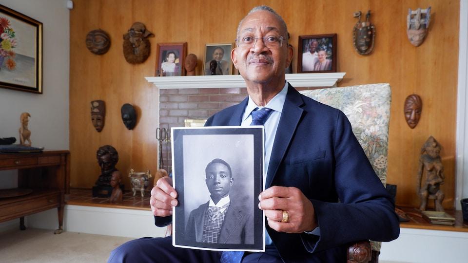 L'historien John Franklin présente une photo de son grand-père.