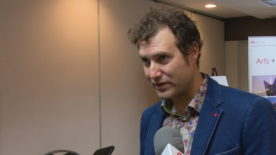 Frédéric Lagacé répondant aux questions des journalistes hors-champs