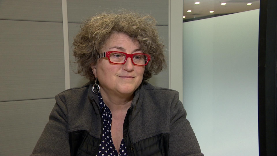 Frédérique Baudemont parle en entrevue assise dans un studio.