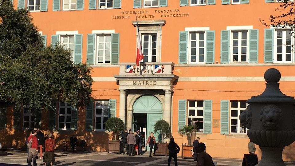 La place de la mairie de Fréjus, sur la Côte d'Azur.