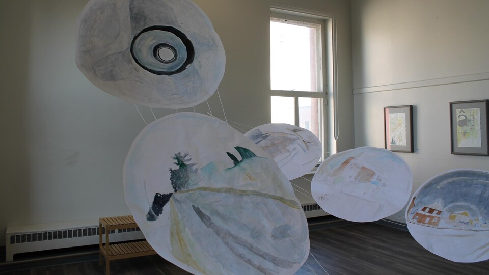 Une exposition visuelle dans une salle