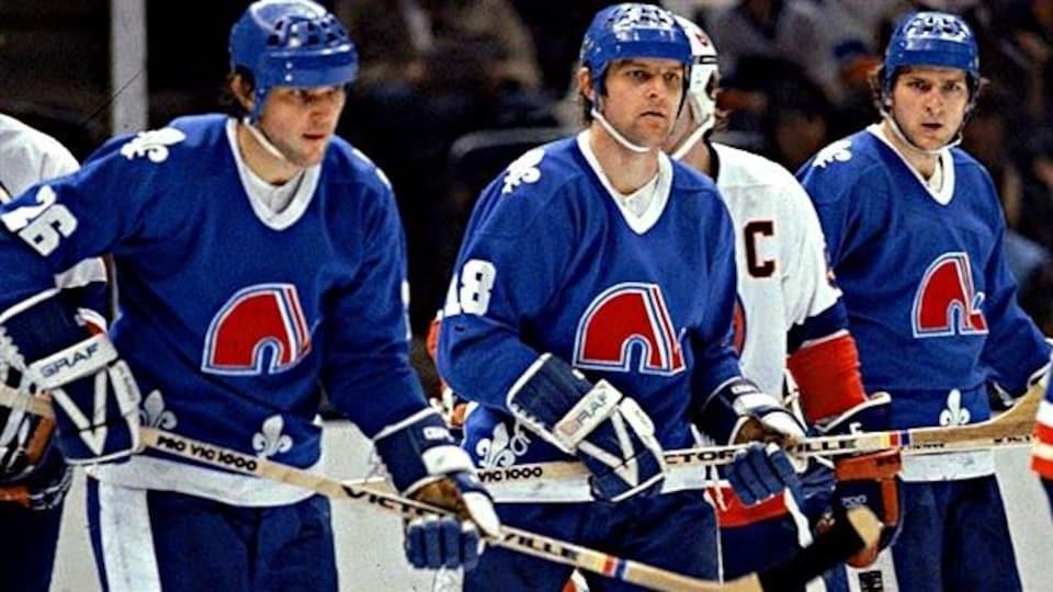 De gauche à droite : Peter, Marian et Anton Stastny lors d'un match opposant les Nordiques de Québec aux Islanders de New York.