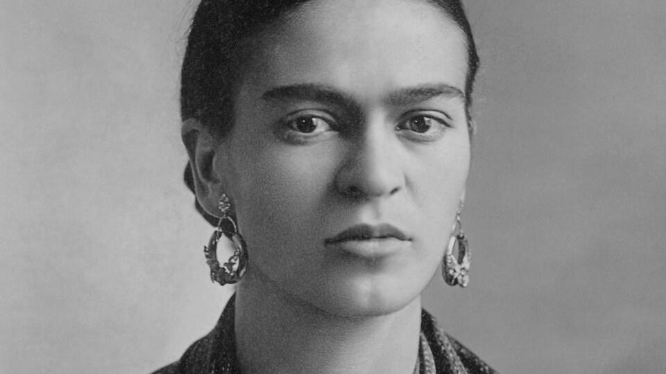 Une photo en noir et blanc de Frida Kahlo.