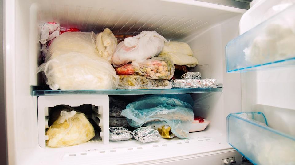 Intérieur du congélateur avec de la nourriture.