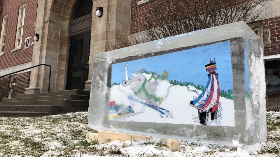 Sur l'œuvre, on voit un rhinocéros qui fait un saut à ski.