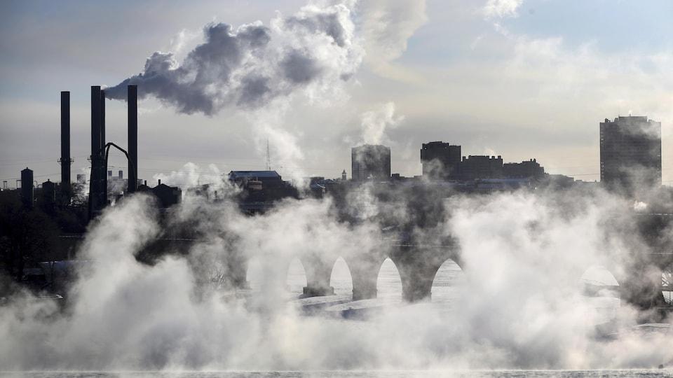 De la fumée de mer s'élève près d'un pont de Minneapolis.