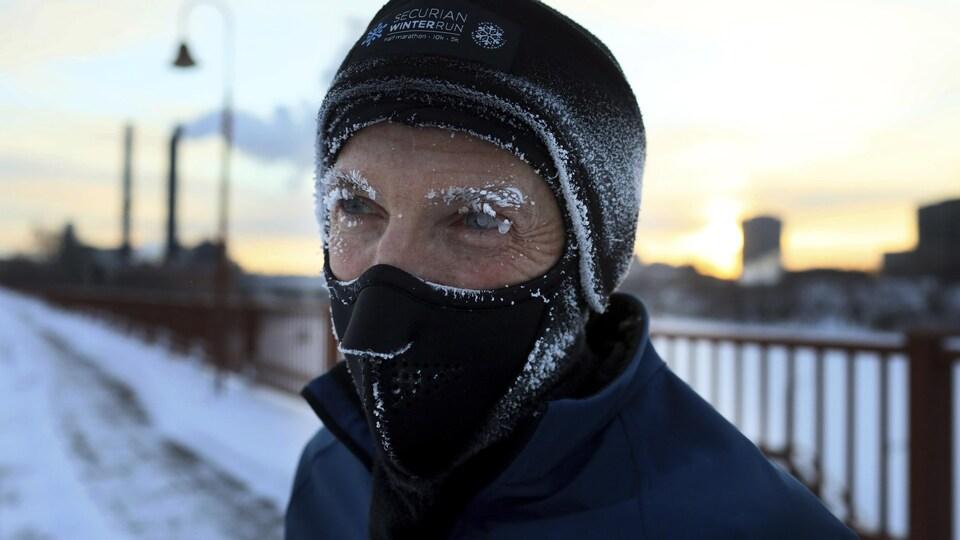 Un coureur a le visage recouvert de frimas dans les rues de Minneapolis.