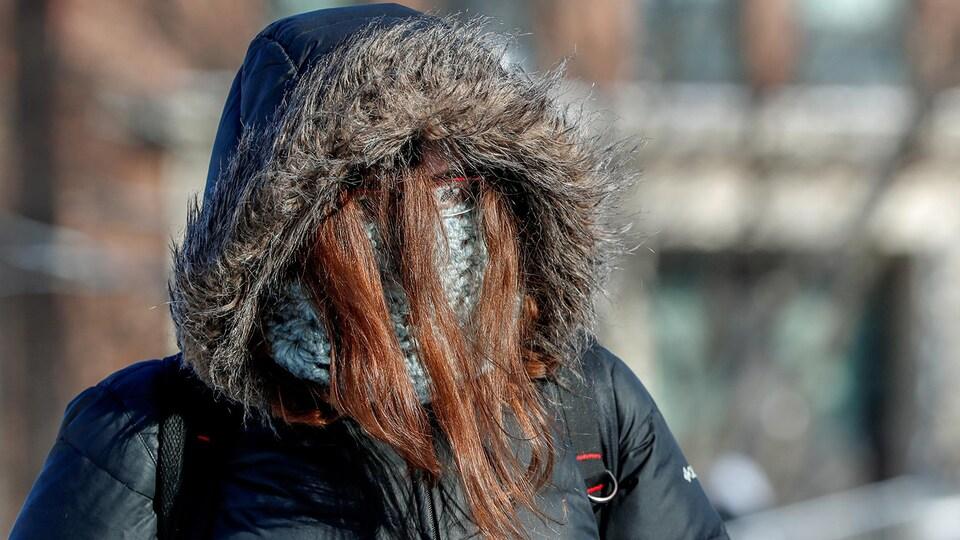 Une étudiante de Minneapolis habillée en prévision du froid polaire.