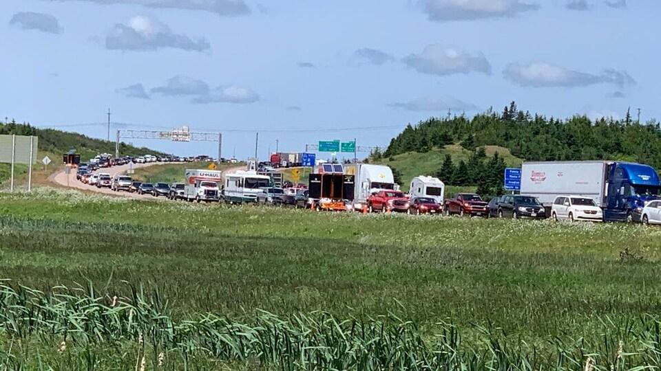 Des centaines d'automobiles attendent en ligne sur l'autoroute à la frontière du Nouveau-Brunswick.