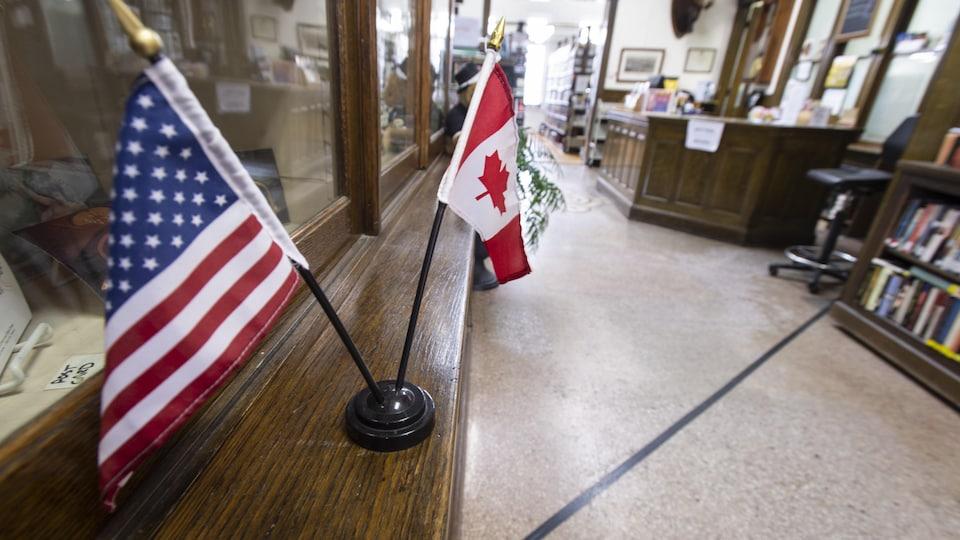 Une ligne tracée au sol de l'édifice abritant la bibliothèque et l'opéra de Stanstead au Québec indique la frontière canado-américaine.