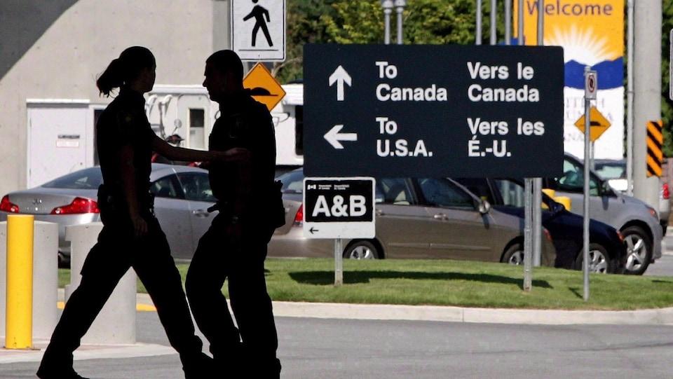 Photo de la frontière entre le Canada et les États-Unis à Surrey en Colombie-Britannique