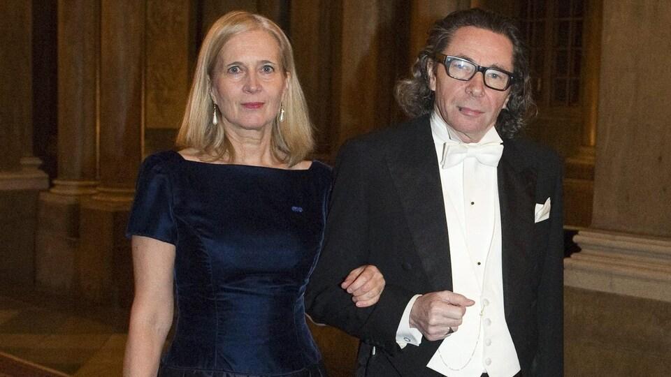La poète Katarina Frostenson et son mari Jean-Claude Arnault prennent la pose en habits de soirée dans un couloir au Palais royal, à Stockholm.