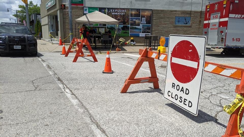 Des panneaux montrent une route fermée.