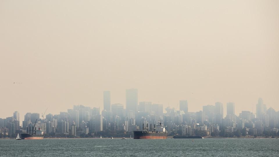 Le centre-ville de Vancouver cachée en partie par la fumée des incendies de forêt.