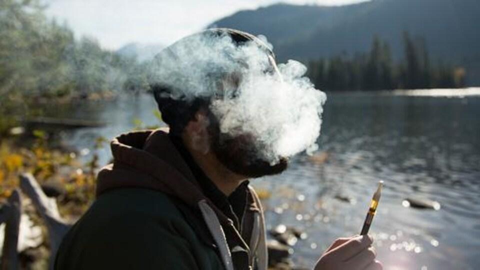 Selon le Centre de toxicomanie et de santé mentale de Toronto, 44% des Canadiens ont déjà fumé de la marijuana.