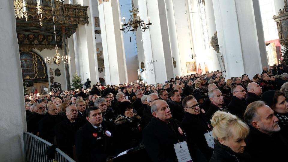 Une foule dans une église.