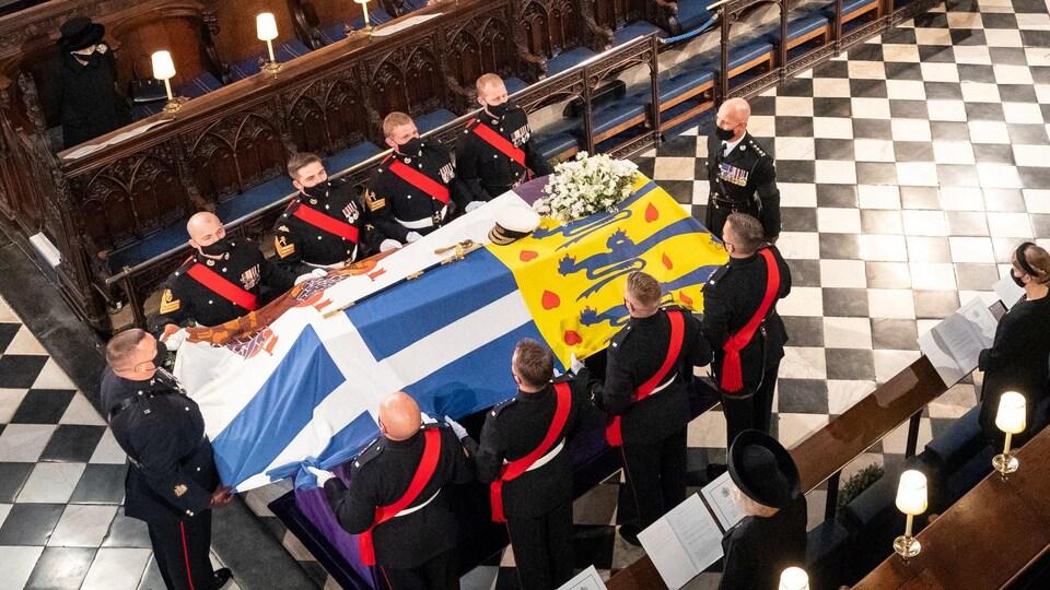 Élisabeth II observe la cérémonie funéraire du prince Philippe.