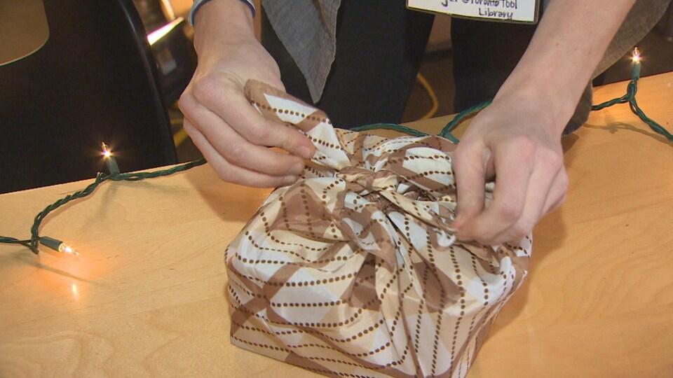 La technique du furoshiki japonais pour emballer vos cadeaux avec un foulard