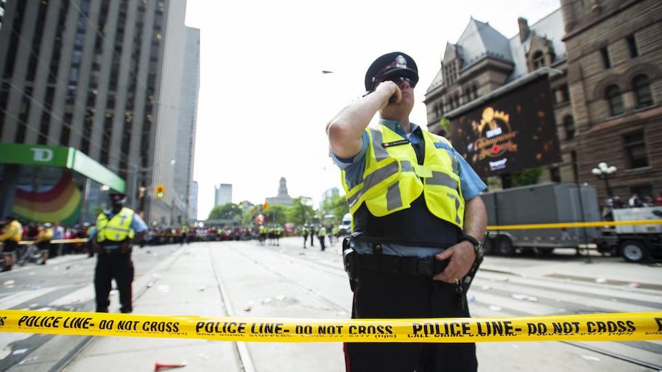 Deux policiers derrière un ruban jaune