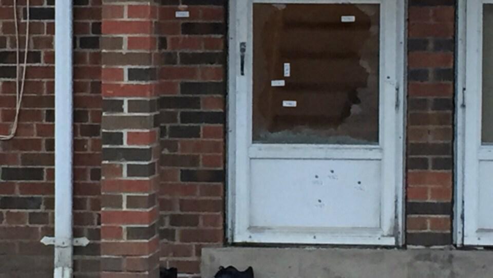 Photo des trous de balle dans la porte d'une demeure de Regent Park