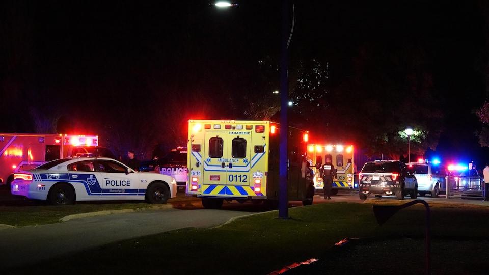 Des ambulances et des voitures de police.