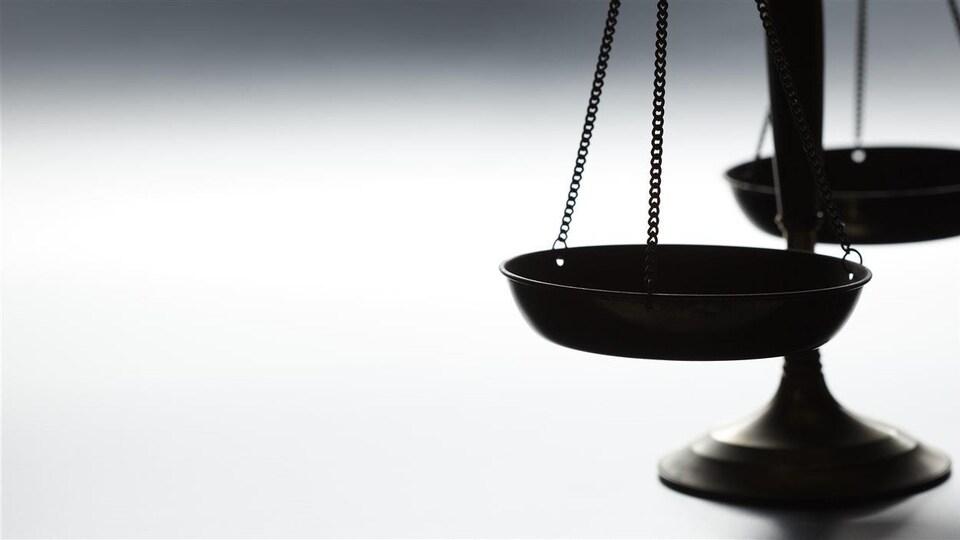 Une balance traditionnelle sur fond blanc