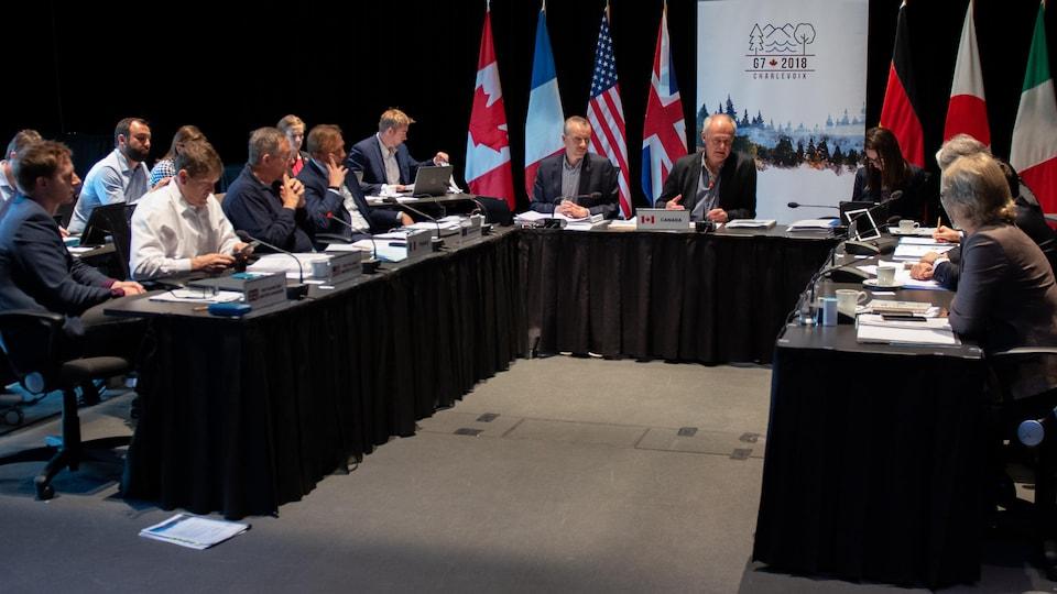 Les sherpas des pays du G7 assis à une table