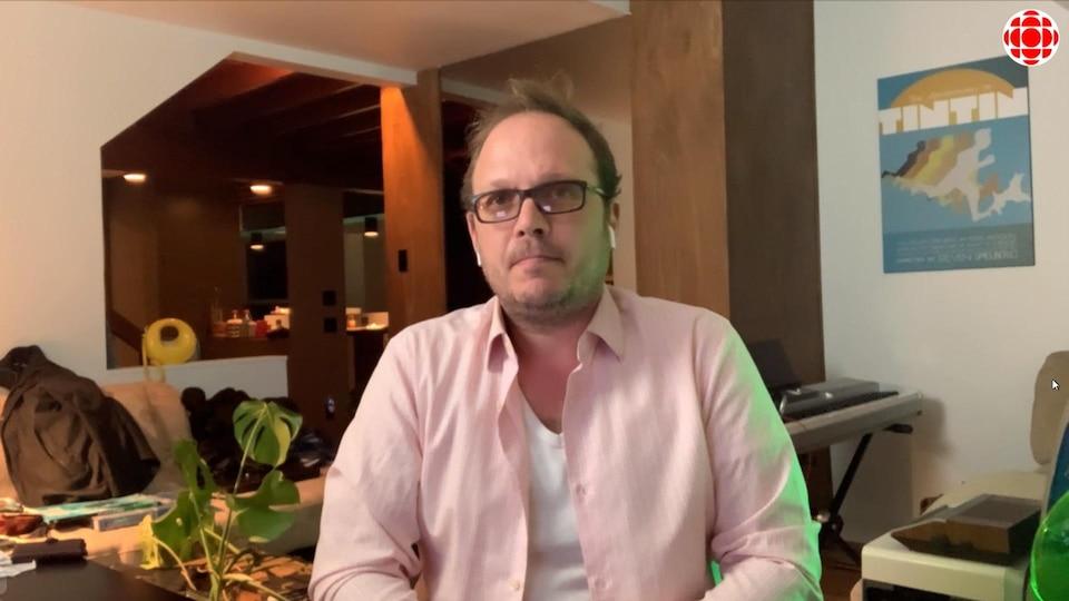 M. Dubé-Dupuis répond aux questions d'un journaliste.
