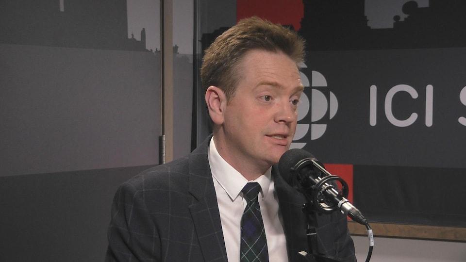 Gabriel Miller, dans les studios de radio d'ICI Saskatchewan.