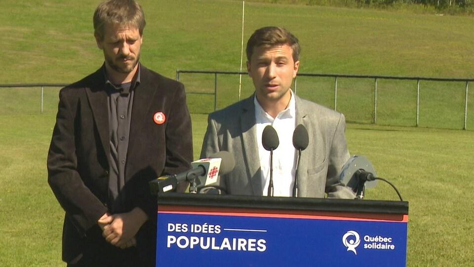 Gabriel Nadeau-Dubois s'adresse aux médias avec à ses côtés le candidat de Québec solidaire, Alexis Dumont-Blanchet.