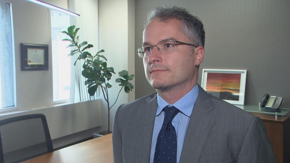 Gabriel Poliquin répond aux questions d'un journaliste.