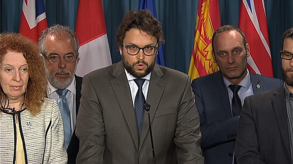 Gabriel Ste-Marie (au micro) en compagnie des six autres députés bloquistes démissionnaires.