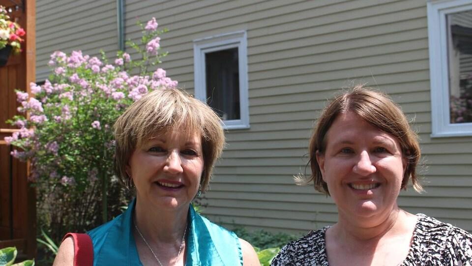 Gabrielle Hough (à gauche) et Suzanne Prior posent devant la maison de Mme Prior.