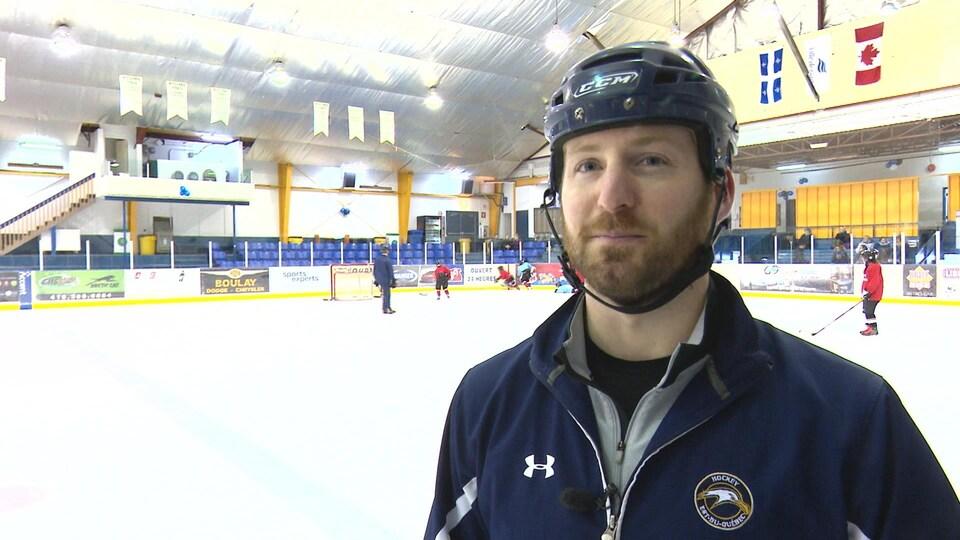 L'ex-joueur de hockey de l'Océanic de Rimouski, Gabriel Vallée, est l'entraîneur-chef de Hockey-Gaspésie-Les Îles.