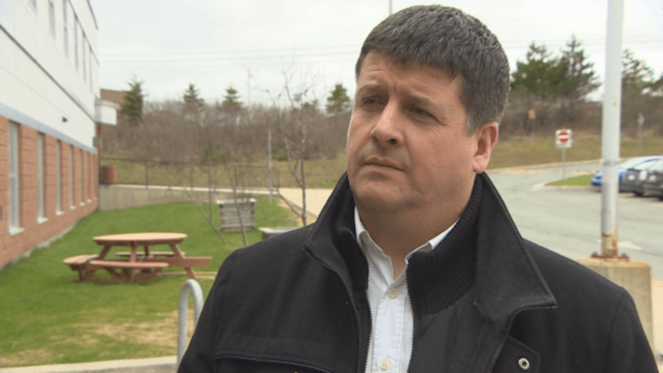 Gros plan sur le visage de Gaël Corbineau, directeur général de la Fédération des francophones de Terre-Neuve-et-Labrador.