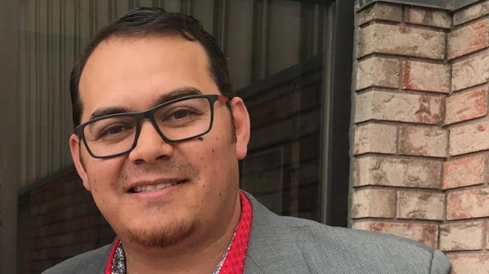 Photo d'un homme autochtone avec des lunettes noires