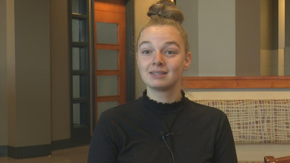 Jessica Gagnon en entrevue dans un salon de l'Université.