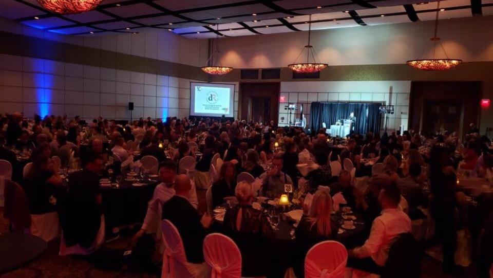 Une salle remplie de gens pour un gala.