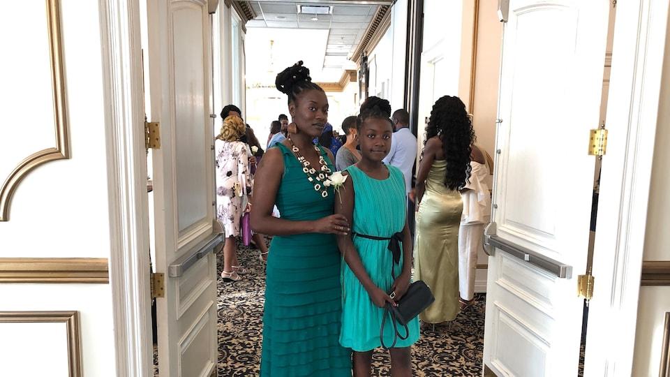 Une femme noire et sa fille.