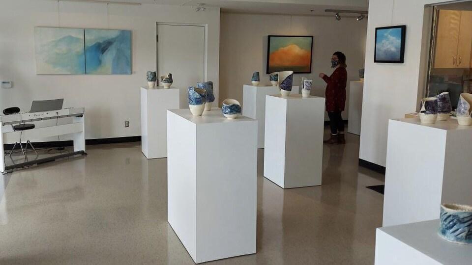 Une salle remplie de tableaux et de morceaux en céramique