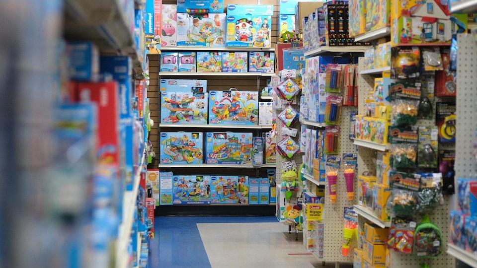 Des étalages remplis dans un magasin de jouets.