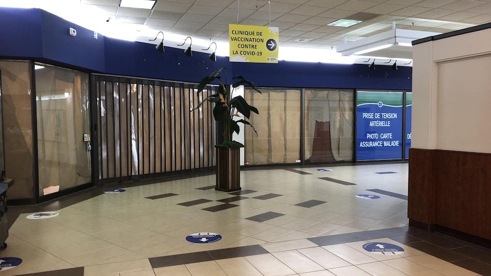 Des locaux vacants dans un centre commercial.