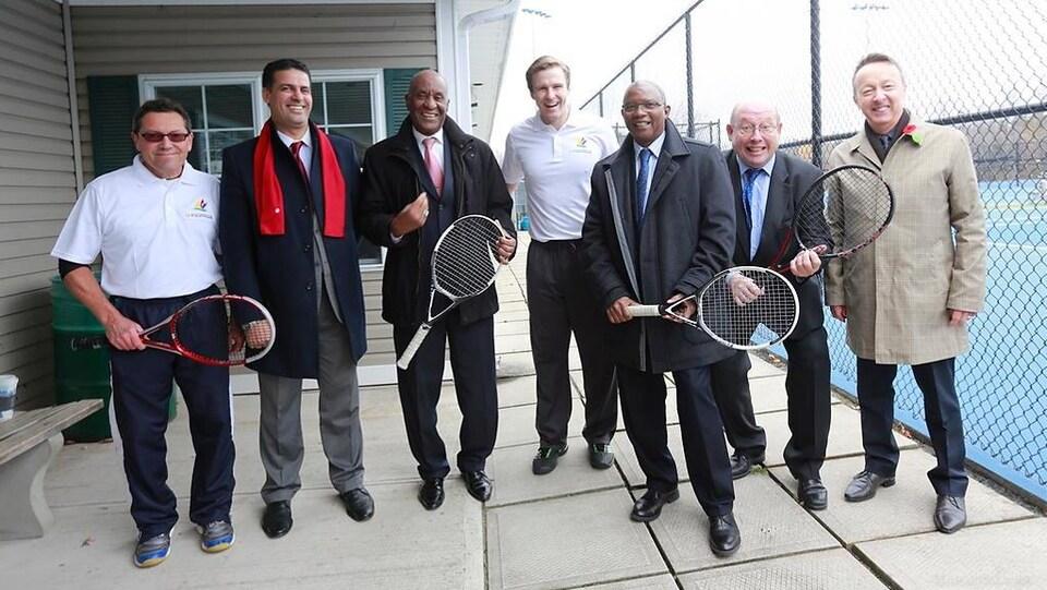 Cinq représentants de l'Organisation de la Francophonie posent avec Brian Gallant, raquettes de tennis en main.