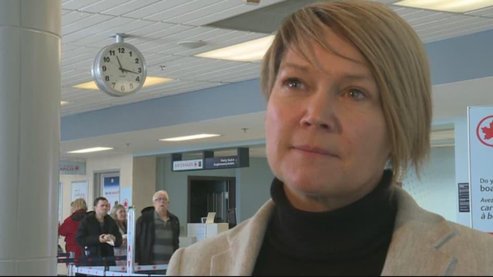 Johanne Gallant en entrevue dans une salle d'embarquement