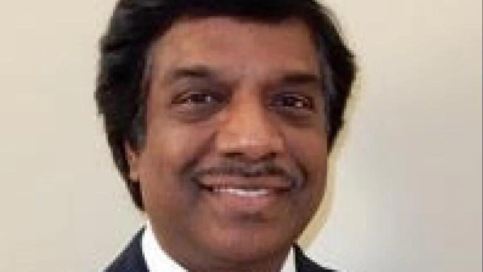 Le Dr Ganesan Abbu souriant.
