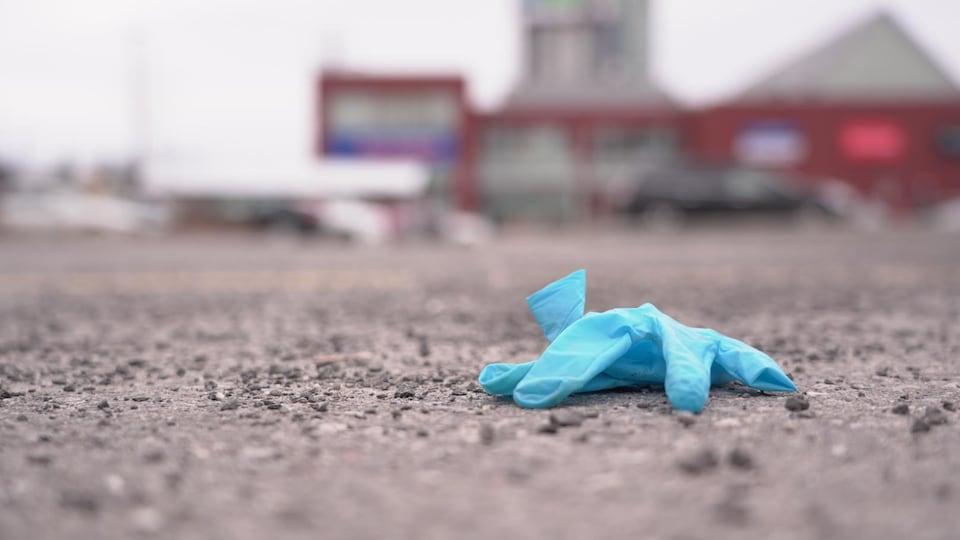 Un gant sur le sol.