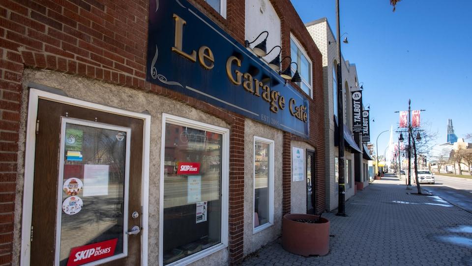 Devanture du Garage café qui donne sur une rue.