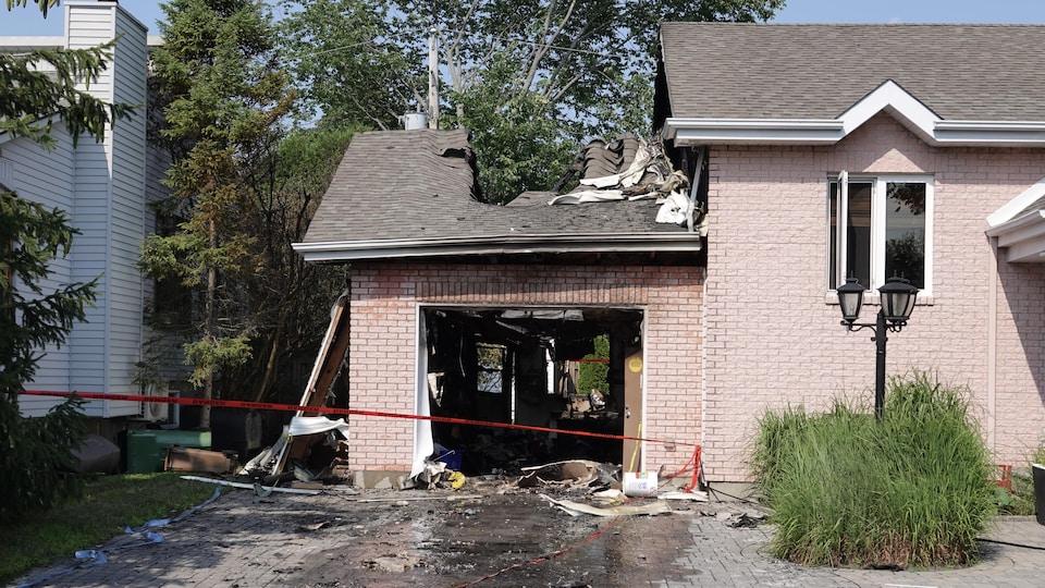 La porte du garage s'est retrouvée de l'autre côté de la rue, et une partie du toit a été endommagée.